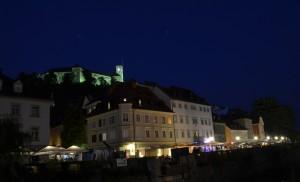 Castillo de Ljubliana visto desde la orilla del rió Ljubljanica